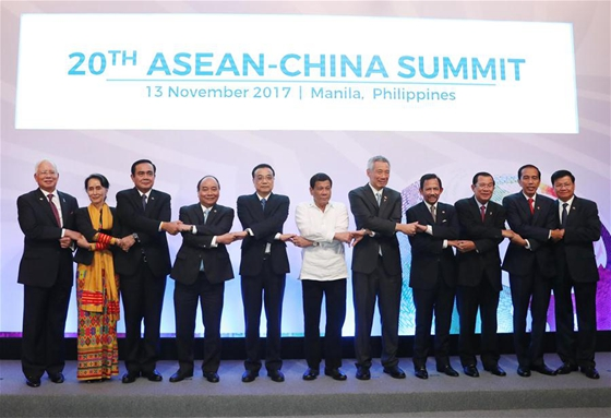 Chinese Premier Li Keqiang (5th L) and leaders of the Association of Southeast Asian Nations (ASEAN) member countries pose for group photos before the 20th China-ASEAN (10+1) leaders' meeting in Manila, the Philippines, Nov. 13, 2017. [Photo/Xinhua]