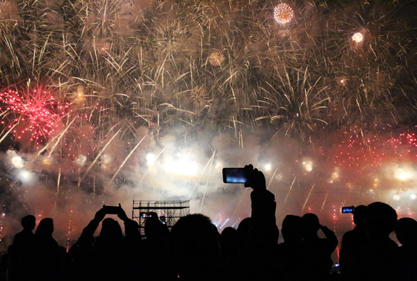 People take photos at an international firework festival which is held every two years in Liuyang, Hunan province. The city is widely regarded as China's fireworks capital. [Photo by Hou Liqiang/China Daily]