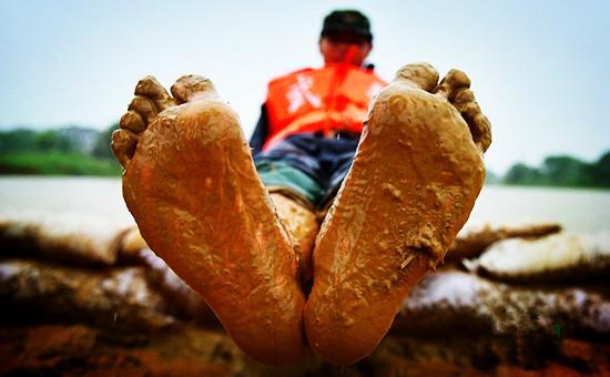 堤坝上的战士们沾满烂泥的双脚