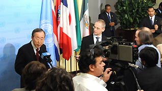 UN Secretary-General Ban Ki-moon (1st L) speaks to reporters at the headquarters of the United Nations in New York, the United States, December 21, 2009.
