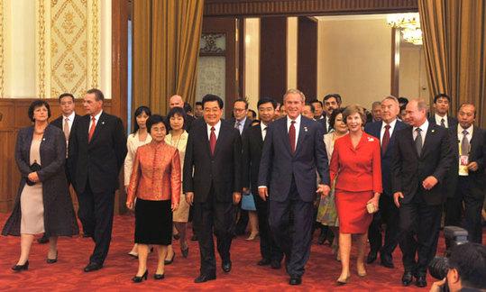 8月8日,中国国家主席胡锦涛和夫人刘永清为出席北京奥运会的贵宾举行欢迎宴会。这是宾主步入宴会厅。