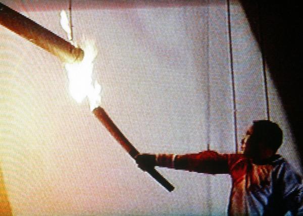 2008年8月8日23点58分,国家体育场--鸟巢,第29就北京奥林匹克运动会开幕式,李宁点燃奥运主火炬。