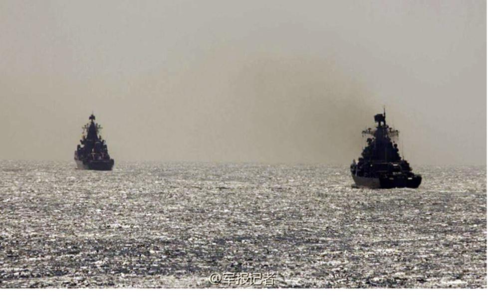 5月23日上午9时许,联合护航课目演练在某海域展开,俄海军097船模拟被护船只,中俄海军两个舰艇编队各自单纵队,分列被护船只两侧。记者孙阳摄  5月23日上午9时许,联合护航课目演练在某海域展开,俄海军097船模拟被护船只,中俄海军两个舰艇编队各自单纵队,分列被护船只两侧。