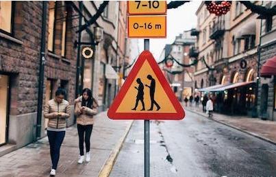 德国:红绿灯地上嵌 低头族看得见