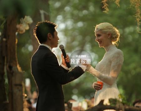 撒贝宁武汉办婚礼现场照曝光 小撒激动拥吻新娘(组图)