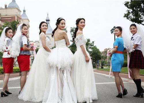 四川高校学生情侣毕业拍唯美婚纱照 誓要真爱到底