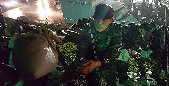 武警北京十六支隊連夜搶修京港澳高速閻村路段