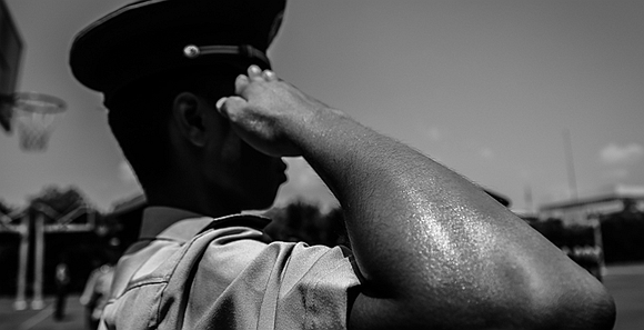 黑白照片:烈日下的武警官兵勤务训练