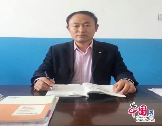黑龙江省龙江县黑岗乡中心学校教师王利