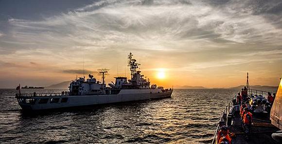 霞光映照多壮美 海军某护卫舰大队训练归航