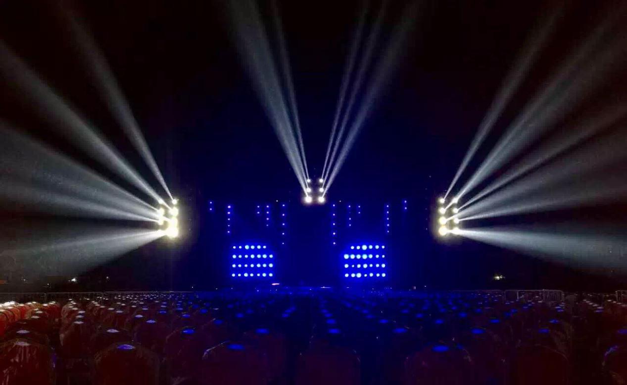 图为演唱会现场灯光效果