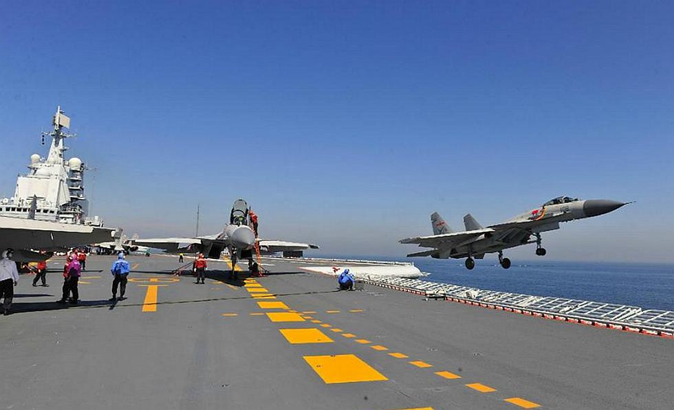"""""""飞鲨""""起降辽宁舰 他们通过航母飞行资质认证"""