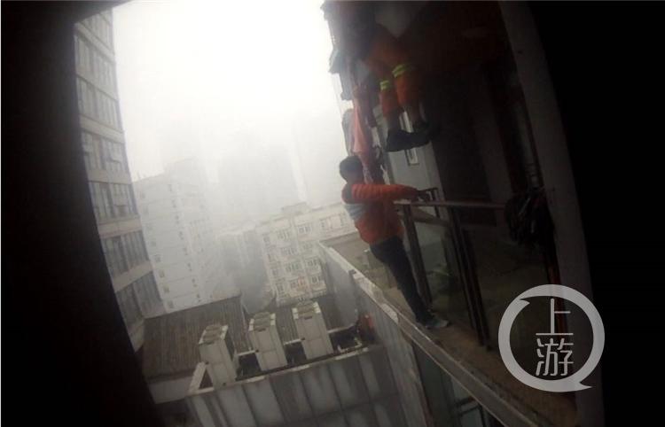 重庆14岁男孩睡懒觉被母亲掀被子 一气跳下12楼
