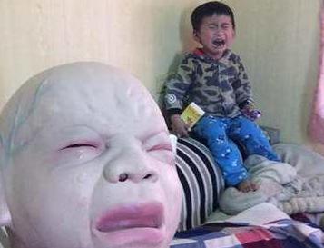 男子戴婴儿哭泣面具 孩子被吓惨