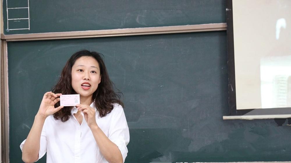 """最后一次模拟考 老师送他们""""车票""""准考证"""