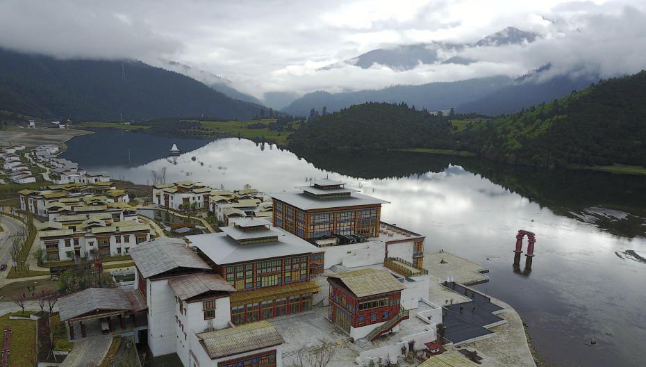 西藏林芝鲁朗小镇初夏如画图片