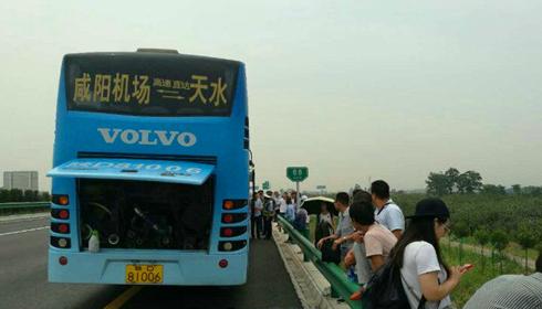 客车抛锚高速路 陕西咸阳交警及时伸援手