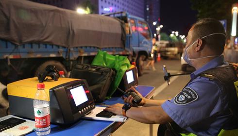 西安低速高排放车辆专项治理夜查行动持续进行