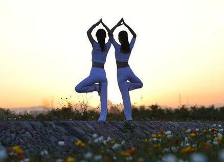 国际瑜伽日 印度总理带头练瑜伽