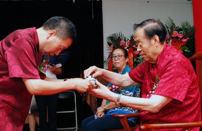 國醫大師北京喜獲弟子 端茶跪拜中規中矩