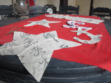 刘烈根还介绍了制作军旗过程中的一些小细节,当时在画五角星时,由于留图片