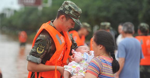 暴雨袭城 武警官兵紧急转移救援群众
