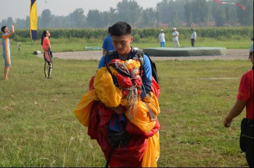 2017年全国跳伞冠军赛开赛 各省参赛队伍大显身手