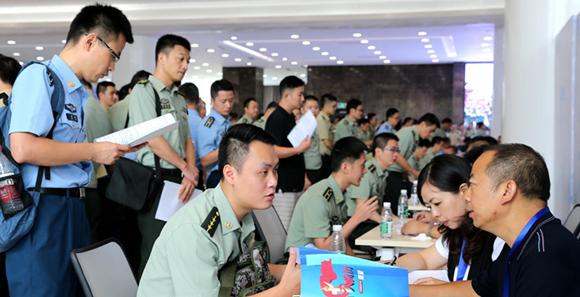 重庆800余名军转干部参加'双选会'