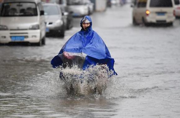 昆明城区突降暴雨道路积水