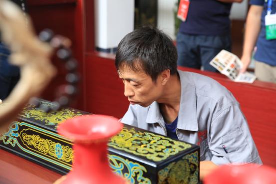 """传承与创新,香港六合彩平特最准资料,走近山西平遥""""明艳""""的推光漆器"""
