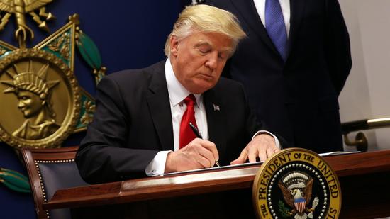 特朗普早前签署新移民政策(图片:华盛顿邮报)