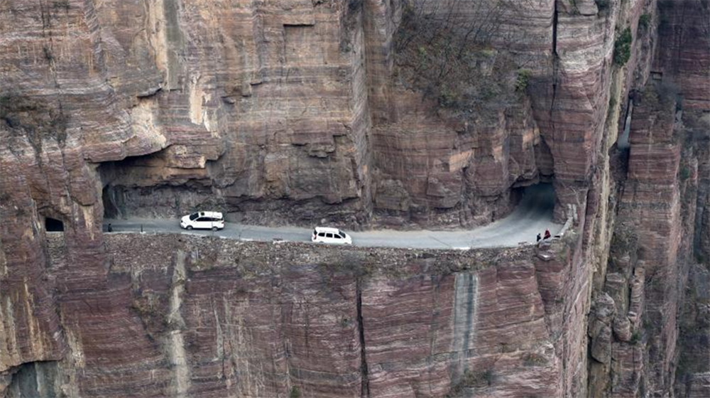 航拍河南绝壁公路 依山而凿蜿蜒盘旋