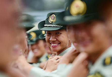 一组照片告诉你女兵为什么笑得这么甜!