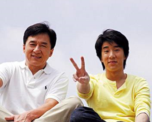 Jackie Chan sagte gestern, er würde sich schämen und sei traurig über die Inhaftierung seines Sohnes wegen Drogenbesitzes in Beijing. Der bekannte Schauspieler entschuldigte sich öffentlich.