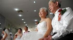 Das romantische Chongyang-Fest: 99 Seniorenpaare feiern gemeinsam ihre goldene Ehe