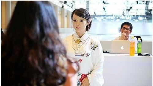 中日美女机器人亮相达沃斯 台媒称中国更亮丽