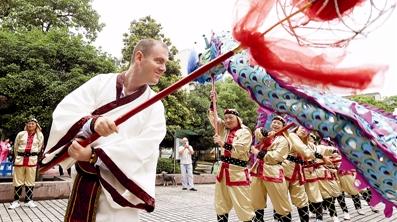 Американец вместе с китайцами города Ханчжоу готовится к празднику Дуаньу