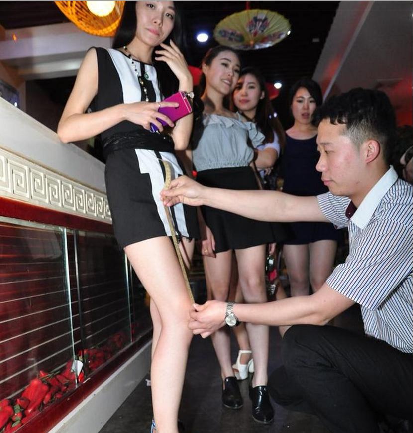 Порно скрытая камера мини юбки без трусов