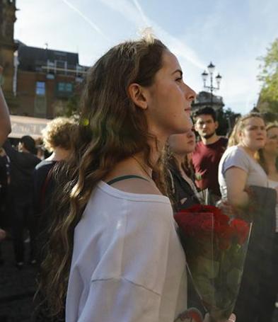 Personas participan en vigilia por víctimas de Manchester