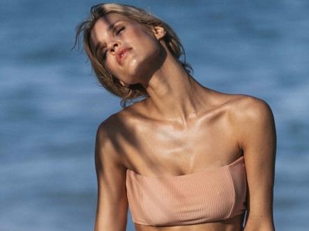 Modelo estadounidense Joy Corrigan posa en playa