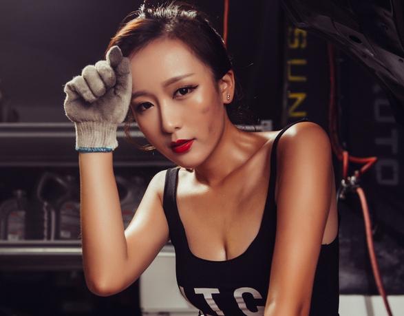 Fotos de bella modelo haciendo deporte