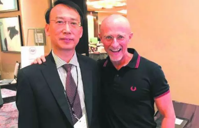 Ren Xiaoping(L), a Chinese surgeon at a hospital affiliated to Harbin Medical University and Sergio Canavero.[File photo]