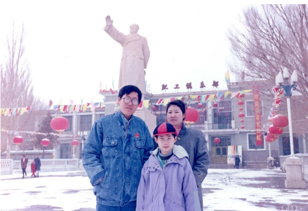 My name is Li Yang (C). I am the third generation of 404. My parents and i took a family photo in front of the statue of Chairman Mao Zedong.[File photo]
