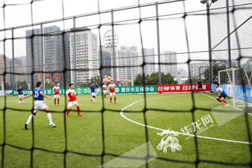 An amateur cage football match is held in Chongqing Olympic Sports Center. [cqnews.net]