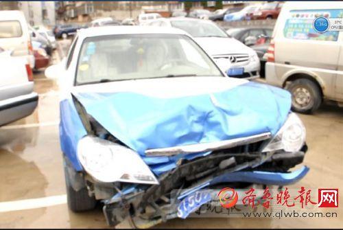 断臂男无证驾驶出事故 驾车理由令民警哭笑不得(图)二马路上发生一起交通事故,让民警吃惊的是,肇事男子为残疾人,只有一只手,系无证驾驶。该男子辩称一只手挂挡、掌控方向旁并不耽误,之所以出车祸是因为接了个电话。