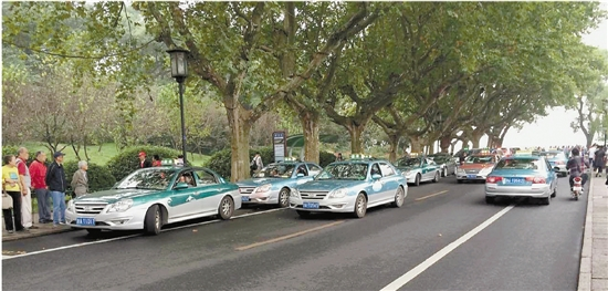 昨天中午,孤山路浙博门口停了不少候客的出租车。