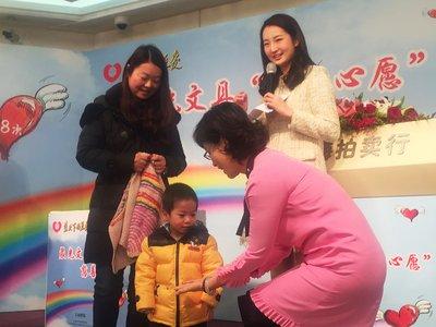图为郭少霞会长现场与先心病儿童互动