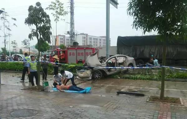 轿车被钢柱一劈成两半:现场惨烈 司机当场死亡