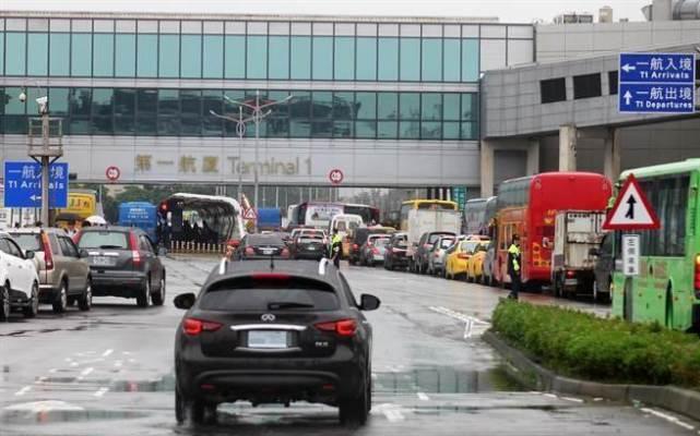 台湾28辆游览车包围桃园机场抗议蔡当局(图)