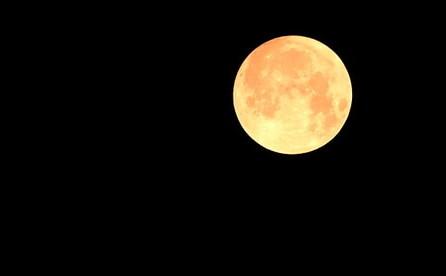 """印尼:""""超级月亮""""现身巴厘岛夜空"""
